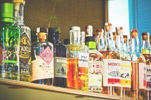 Ampolles d'alcohol a l'estanteria d'un bar