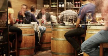 Taverna tradicional amb barrils de fusta