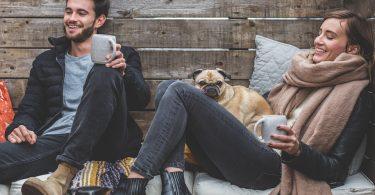 Parella gaudint del descans amb el seu gos