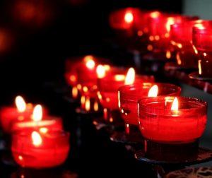 Espelmes vermelles a una missa