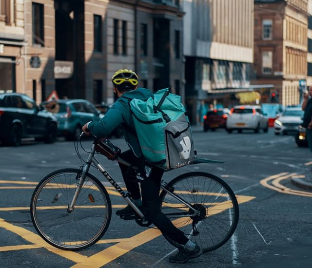 Repartidor de Deliveroo a un carrer de Barcelona