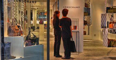 Clients dins d'una de les botigues de Longchamp