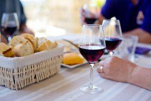 Tast de vins amb pà sobre la taula