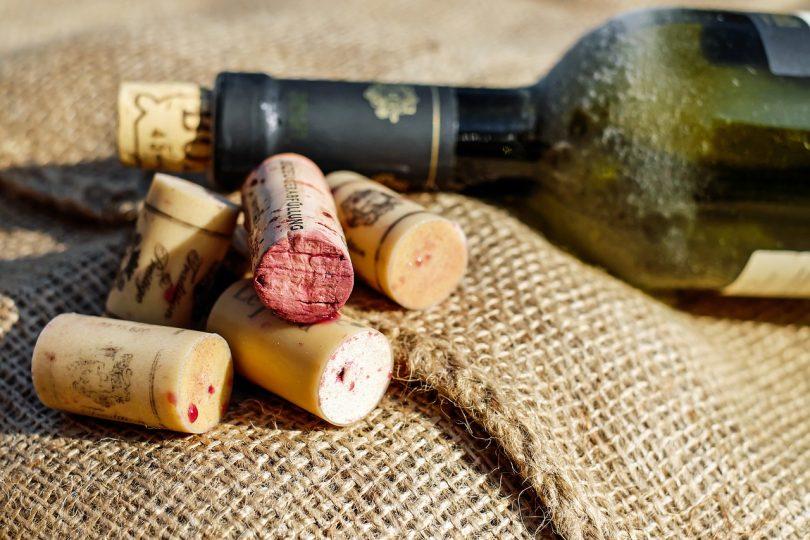 Taps de vins amb una ampolla