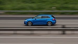 Cotxe circulant a gran velocitat