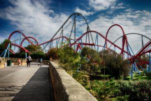 Imatge llunyana de les atraccions més conegudes de Port Aventura