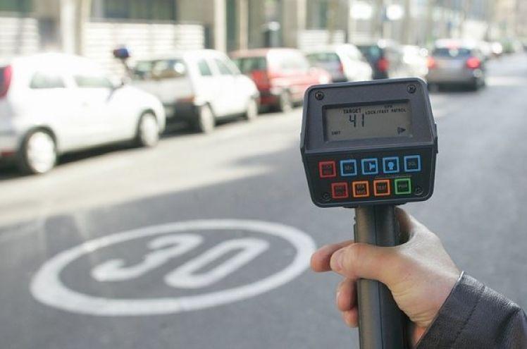 Radar mòbil a una carretera de municipi
