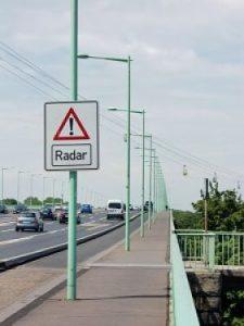 Cartell indicant que el tram està controlat per radar