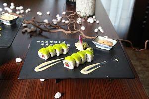 Plat de sushi a un restaurant japonés