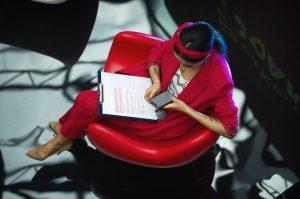 Crítica de moda treballant a la Fashion Week
