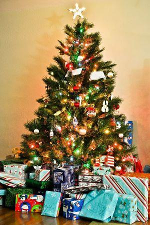 Regals al peu d'un arbre de nadal