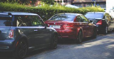 Cotxes aparcats a un carrer de la ciutat