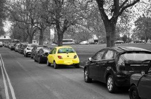 Cotxe groc aparcat al carrer