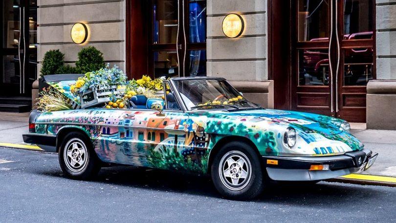 Cotxe colorit aparcat al carrer