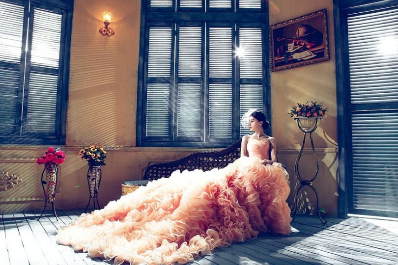 Model posant amb un vestit de festa exclusiu