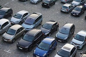 Cotxes aparcats a un pàrquing municipal