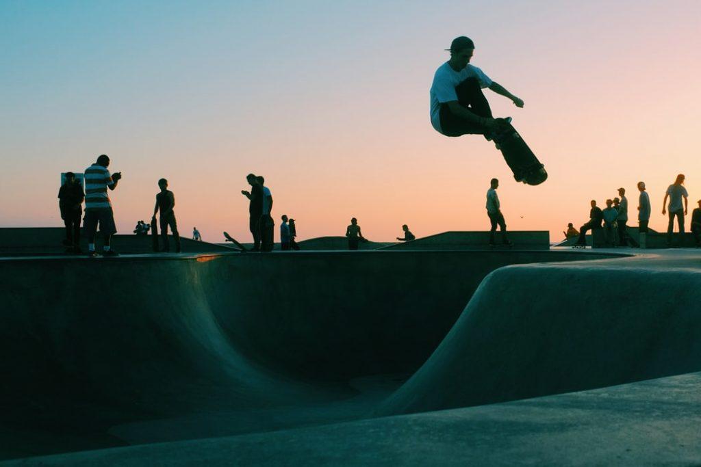 Skater practicant a un skate park a la platja