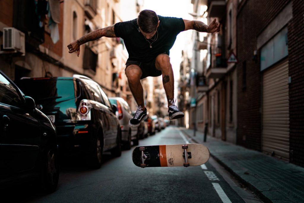Skater practicant pels carrers de la ciutat