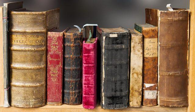 Llibres antics a un prestatge