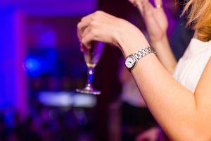 Dona prenent una copa a un bar musical