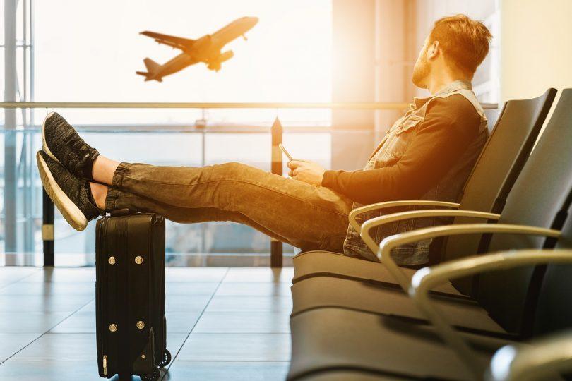 Noi esperant a l'aeroport amb la seva maleta