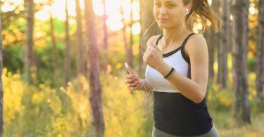 Noia fent running al bosc