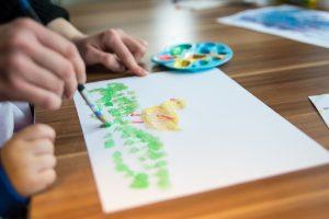 Nen dibuixant amb aquarel·les