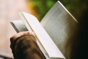 Una persona llegeix un llibre