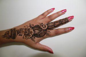 Bonic disseny d'henna als dits