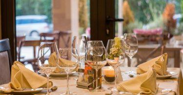 Taula posada de manera luxosa a un restaurant