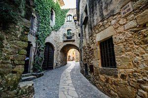 Un dels carrers del municipi de Begur