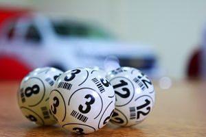 Boles de bingo sobre una taula