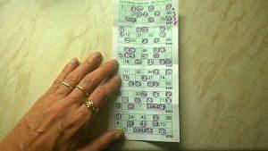Dona jugant al bingo