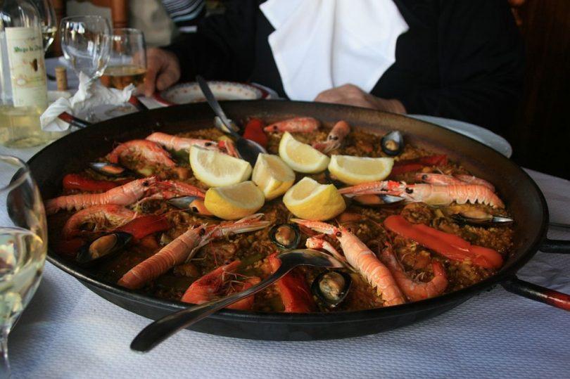 Paella mixta a un restaurant