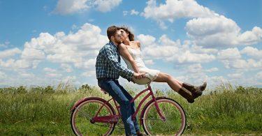 Parella passejant en bicicleta a la natura