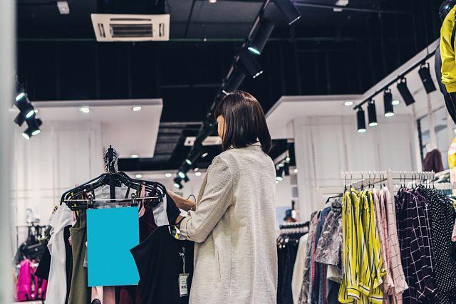 Noia treballant a una botiga de roba