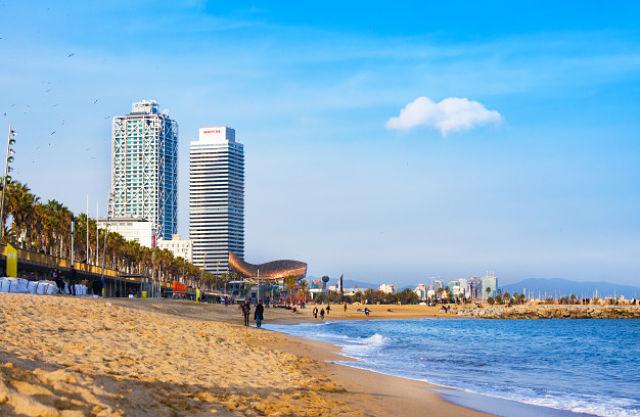 Les Torres Mapfre des de la platja de la Barceloneta