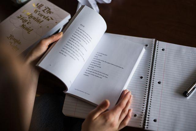 Persona a una cafeteria llegint un llibre en anglès