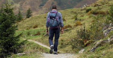 Excursionista passejant per la natura