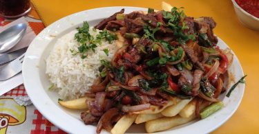 Plat de carn especiada peruana
