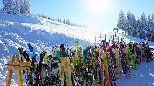 Diversos esquís amuntunats a la pista d'esquí