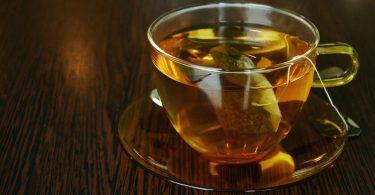 Got de té sobre una taula