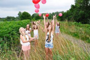 Nenes deixant volar uns globus
