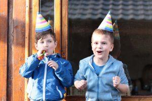 Nens celebrant una festa