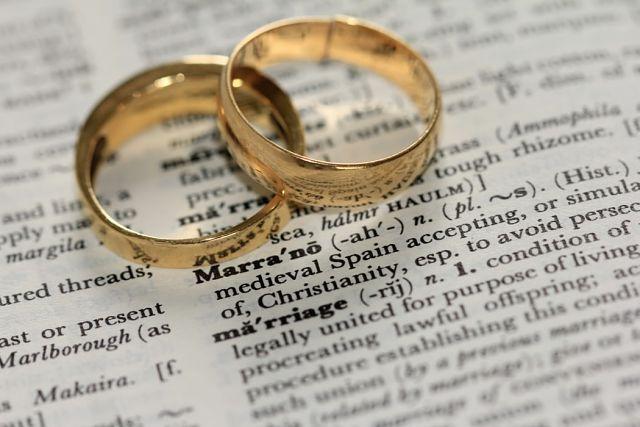 Anells sobre un document que defineix la paraula matrimoni