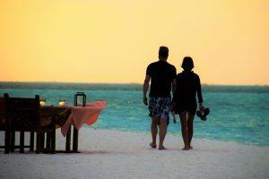 parella caminan per la platja