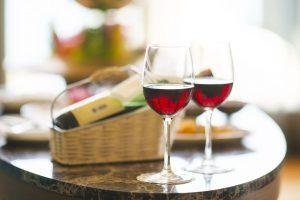 dues copes de vi sobre una taula