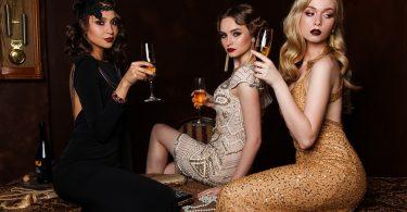 Noies posant amb vestits vintage