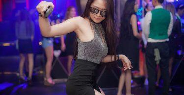 Noia ballant a una discoteca