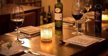 Sopar romàntic amb vi i espelmes